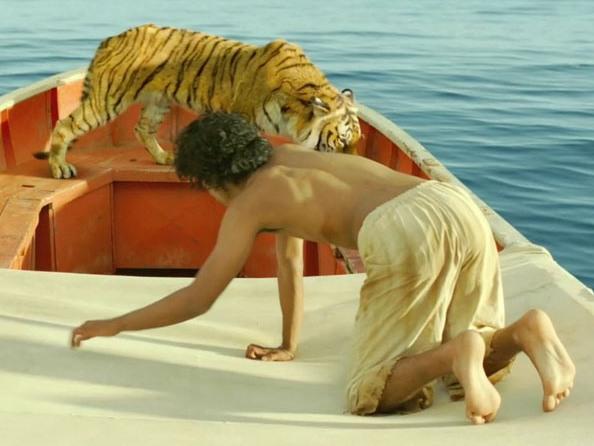 индус на лодке с тигром